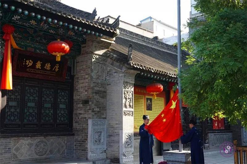 西安都城隍庙举行升国旗仪式